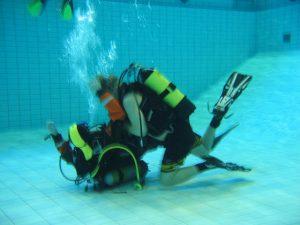 Laitesukellusta uimahallilla